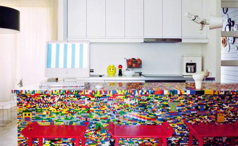 Pics-Kitchen-Island-Made-of-20000-Lego-Bricks-1